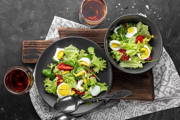 Salada plana com ingredientes diferentes