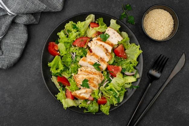 Salada plana com sementes de frango e gergelim