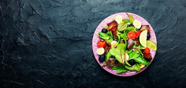 Salada primavera com ervas e carne seca, espaço para texto