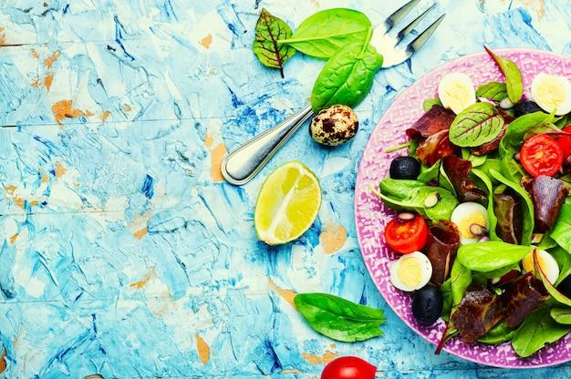 Salada primavera com ervas e carne seca