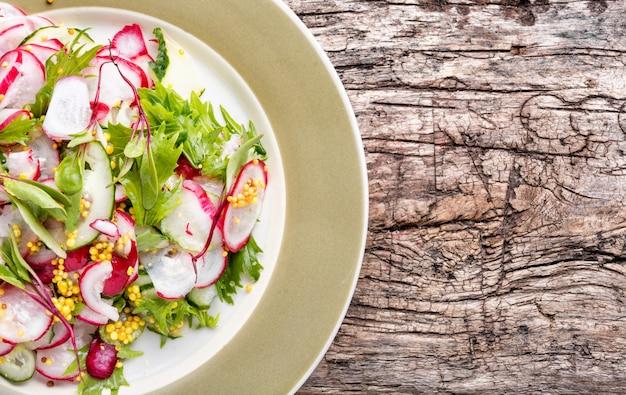 Salada primavera com rabanetes