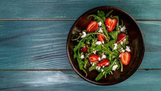 Salada primavera com rúcula, morango e ricota