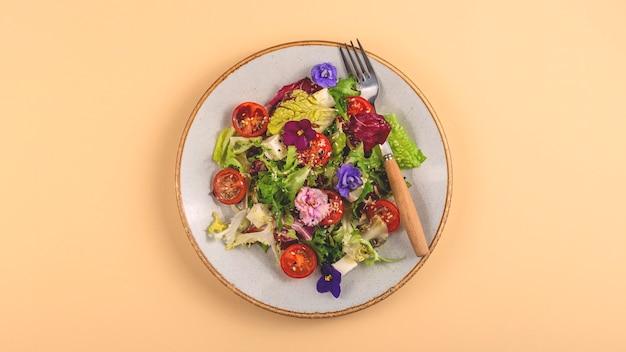 Salada primavera linda e saudável decorada com flores