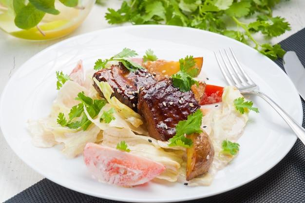 Salada quente com batatas, carne, tomate e molho de maionese