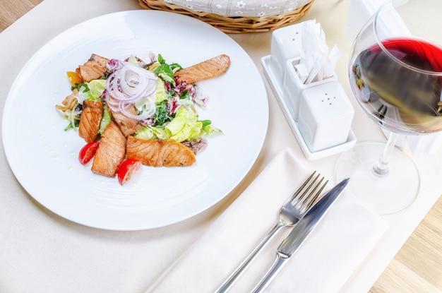 Salada quente com salmão grelhado