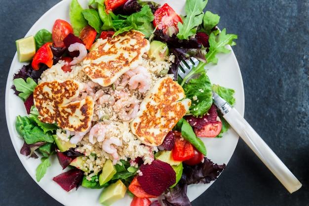 Salada quente de arroz integral, quinoa, camarão, halloumi e veg