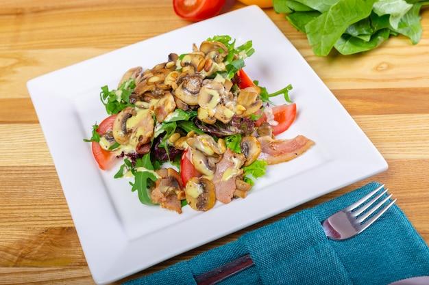 Salada quente de cogumelos com pimenta e tomate