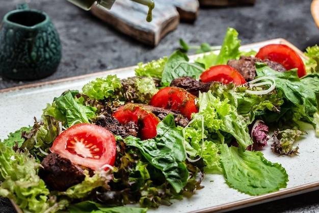 Salada quente de fígado de frango grelhado, folhas de salada, queijo parmesão e tomate cereja. comida saudável. menu dietético. vista do topo. postura plana