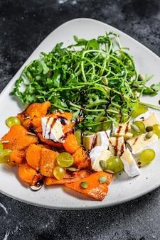 Salada quente grelhada com rúcula, nozes e queijo brie
