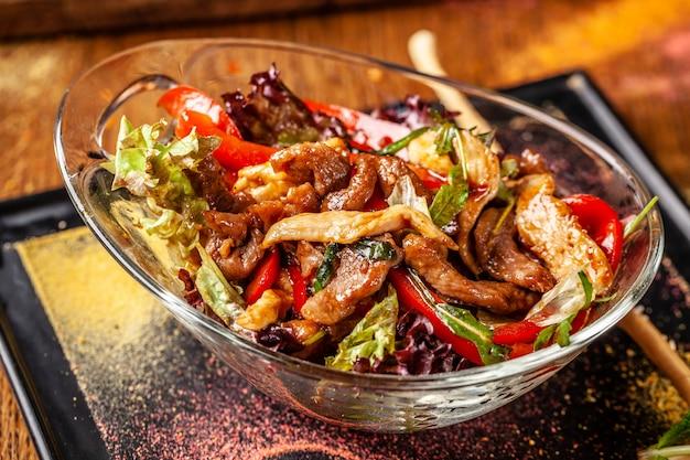 Salada quente indiana com carne e frango.