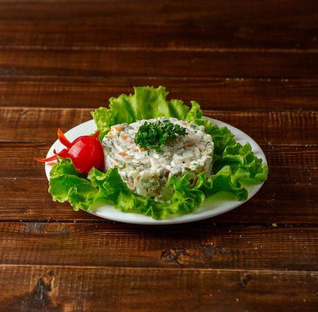 Salada russa em cima da mesa