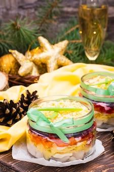 Salada russa tradicional - arenque sob um casaco de pele em tigelas