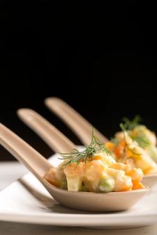 Salada russa tradicional olivie com legumes cozidos