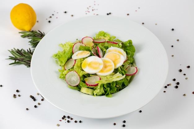 Salada saborosa com rabanete de alface e ovos