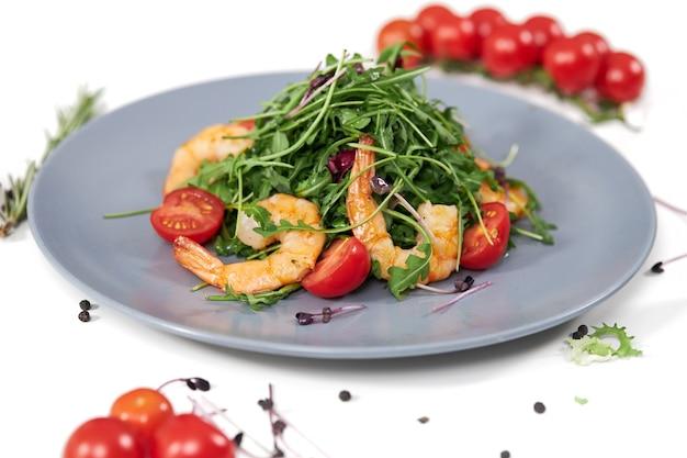 Salada saborosa com suculentos camarões estomáticos e rúcula fresca