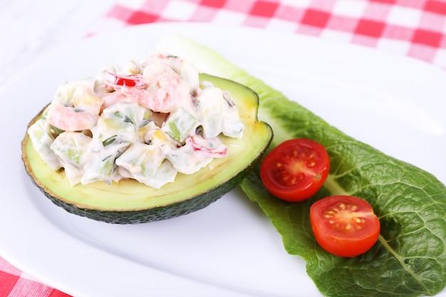 Salada saborosa de abacate no close-up do prato
