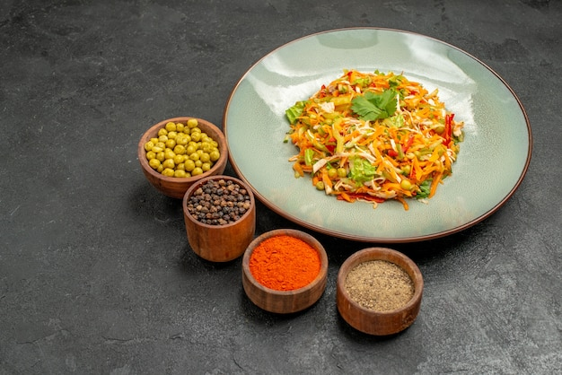 Salada saborosa de frente com temperos em uma dieta saudável de salada de mesa cinza