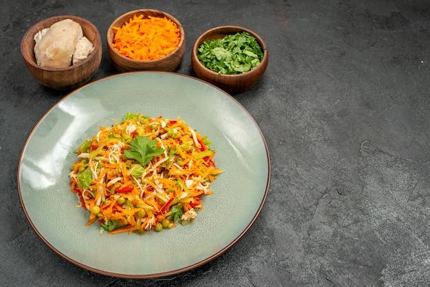 Salada saborosa de vista frontal com ingredientes na mesa cinza comida salada dieta saudável