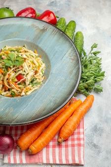 Salada saborosa de vista frontal com legumes frescos em luz de fundo prato foto dieta comida cor refeição saúde