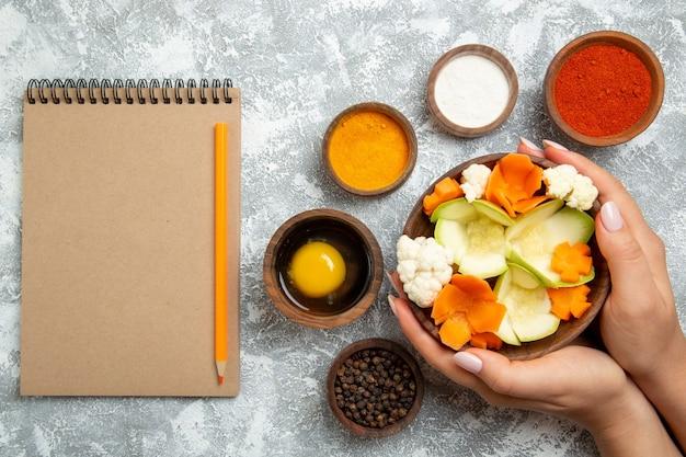 Salada saborosa vista de cima com temperos no fundo branco refeição comida saúde salada vegetal