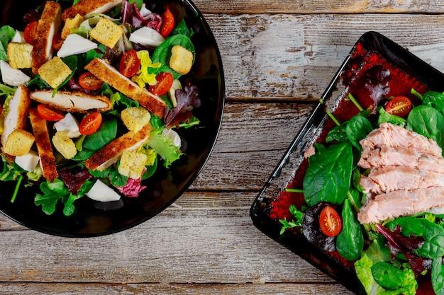 Salada salmon com tomates de cereja, alimento caseiro fresco da salada de milho uma refeição saboroso e saudável.