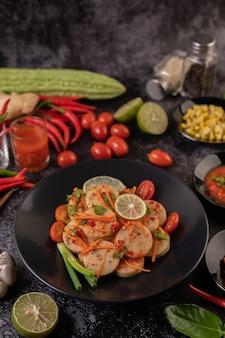 Salada salsicha de porco vietnamita com pimenta, limão, alho, tomate