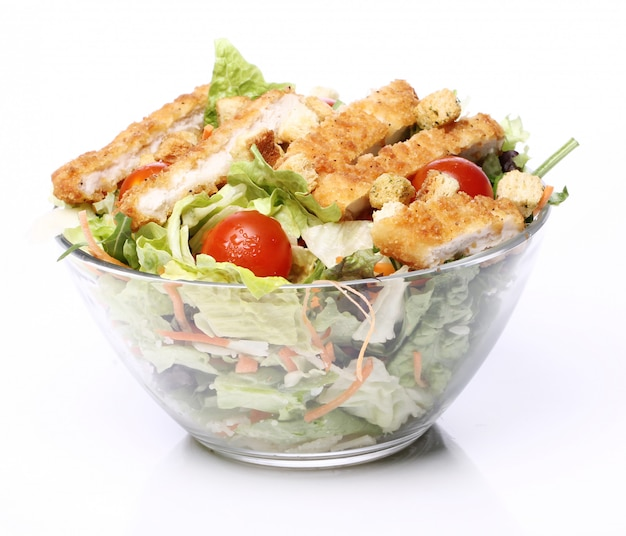 Salada saudável com frango e legumes