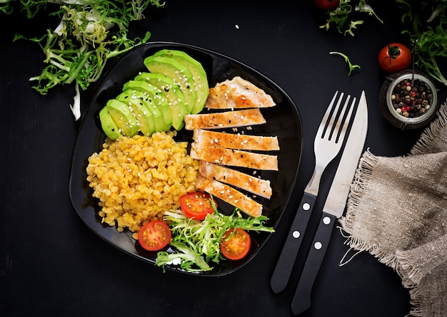 Salada saudável com frango, tomate, abacate, alface, sandia e lentilha