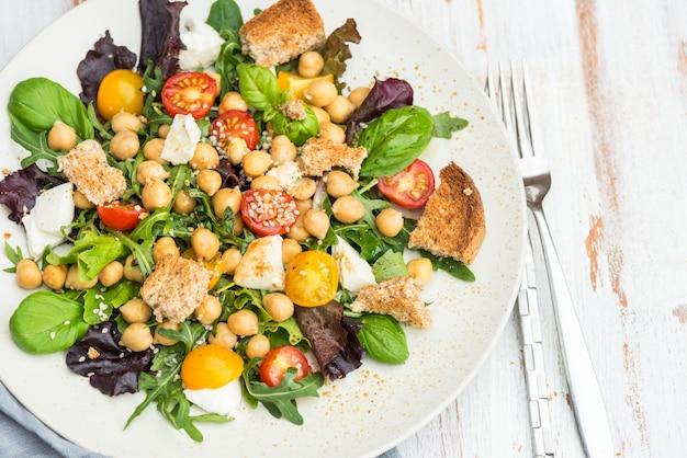 Salada saudável com grão de bico como caprese