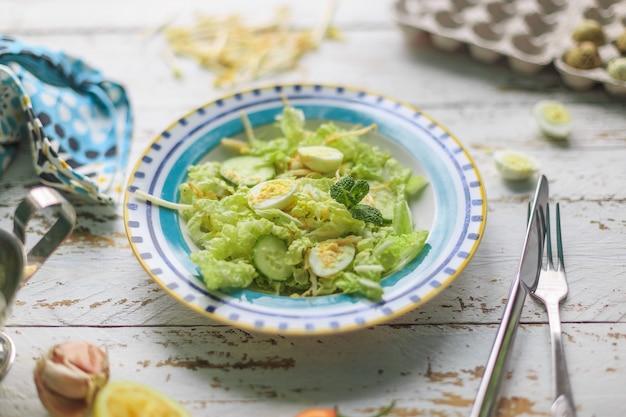 Salada saudável com ovos de codorna e pepinos foto de alta qualidade