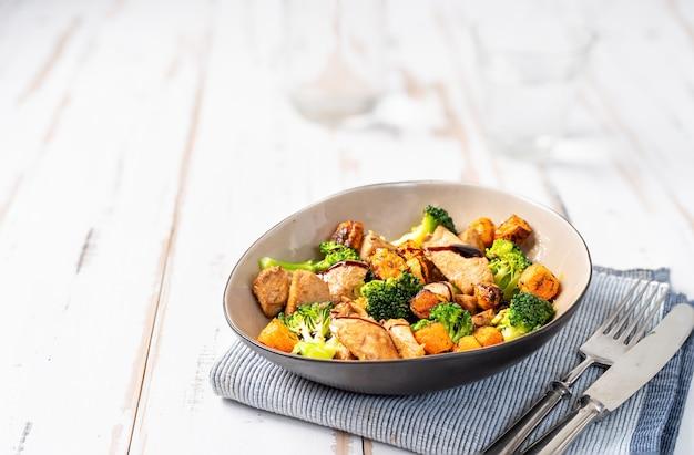 Salada saudável com peito de frango e brócolis