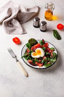 Salada saudável com presunto, tomate e ovo