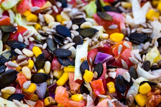 Salada saudável com repolho, tomate, milho e sementes de abóbora