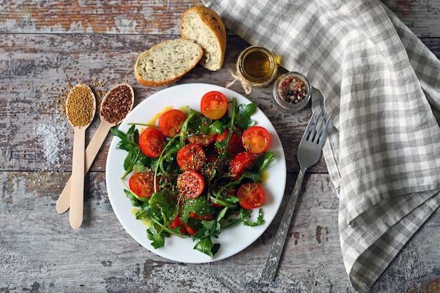 Salada saudável com rúcula e tomate cereja com molho de mostarda