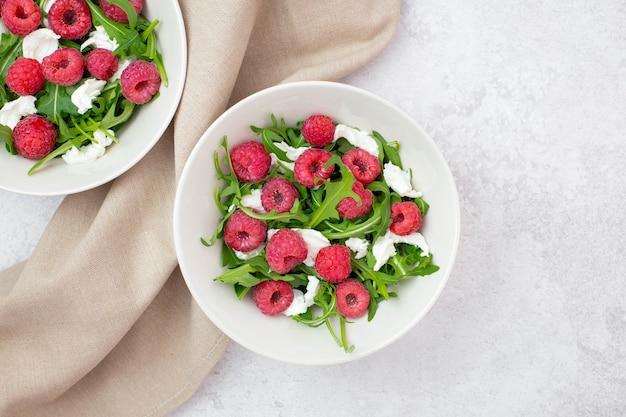 Salada saudável com rúcula fresca, mussarela e framboesas