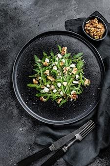 Salada saudável com rúcula, queijo de cabra, nozes e molho vinagrete