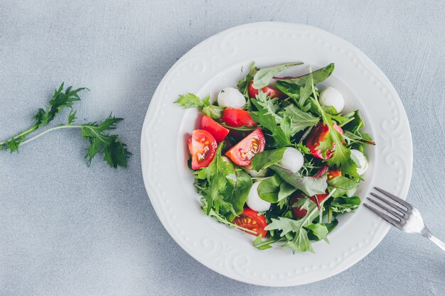 Salada saudável com tomate cereja, espinafre e mussarela