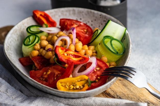 Salada saudável com vegetais orgânicos e grão de bico servida em uma tigela
