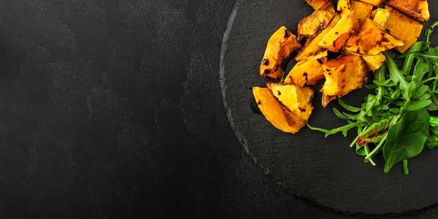 Salada saudável de abóbora e mistura de folhas de alface