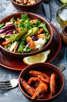 Salada saudável de camarão