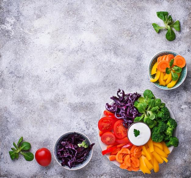 Salada saudável de legumes arco-íris