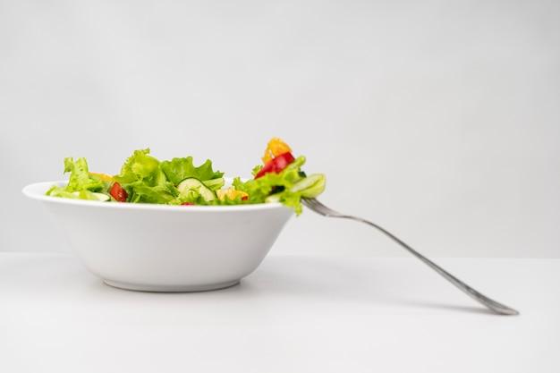 Salada saudável de vista frontal com garfo