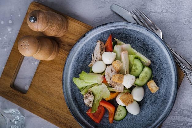 Salada saudável de vista superior na tábua de madeira