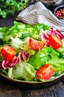 Salada saudável deixa a mistura