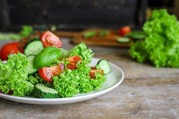 Salada saudável deixa misturar legumes