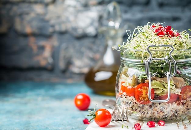 Salada saudável em uma jarra de vidro com vegetais de quinua e verduras alimentos saudáveis ou conceito de dieta