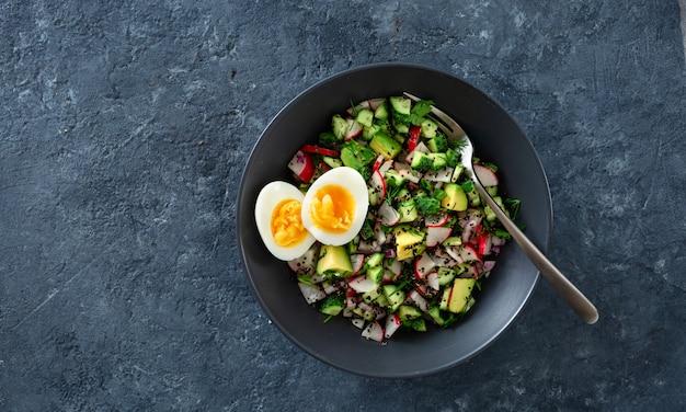 Salada saudável vegetariana com pepino, rabanete, abacate e quinoa