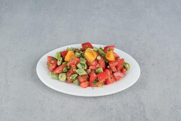 Salada sazonal com tomate cereja e feijão verde.