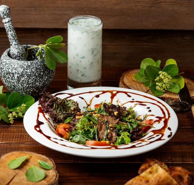 Salada tailandesa de carne em cima da mesa