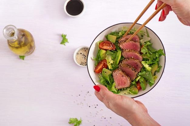 Salada tradicional com pedaços de atum grelhado médio-raro e gergelim com salada de legumes frescos